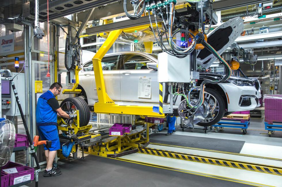 DIN NYE BIL: Din neste bil er en høyteknologisk borg, som i stor grad produsert av roboter, - nesten urørt av menneskehender.  Foto: Fred Magne Skillebæk