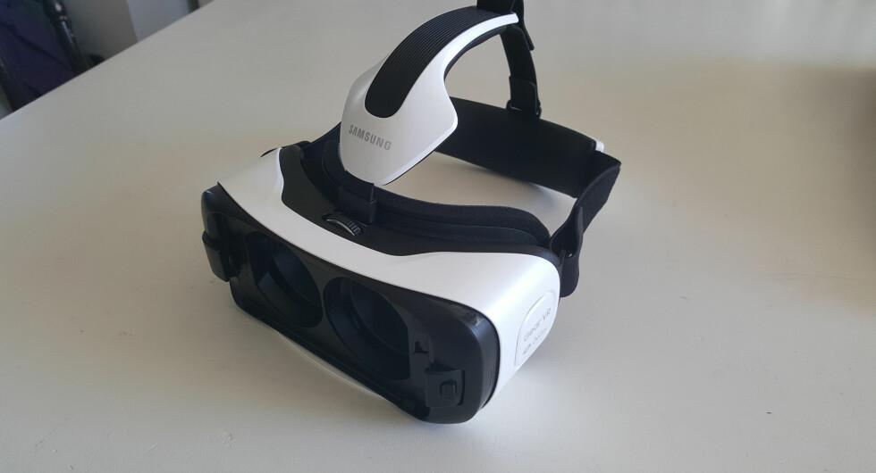 GOD KOMFORT: Stroppene kan justeres slik at Gear VR passer de fleste hoder.