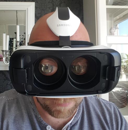 VRELFIE: Man ser kansje ikke så smart ut når man bruker Gear VR, men heldigvis ligger det egentlig en mobiltelefon og skjuler øynene.