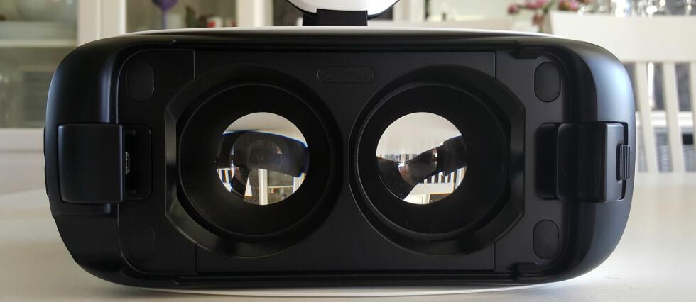GØY: Gear VR fra Samsung og Oculus krever én spesiell telefon, men byr på mye moro i tre dimensjoner. Foto: PÅL JOAKIM OLSEN
