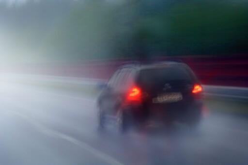 Trafikk i regn på europavei 6. Bilkjøring. Fart. Biltrafikk på E6 i dårlig vær. Bil kjører i regnvær. Bilkjøring i uvær med fare for vannplaning. Melhus i Sør-Trøndelag. Foto: © Dag Røttereng / NN / Samfoto Foto: DAG RØTTERENG/SCANPIX