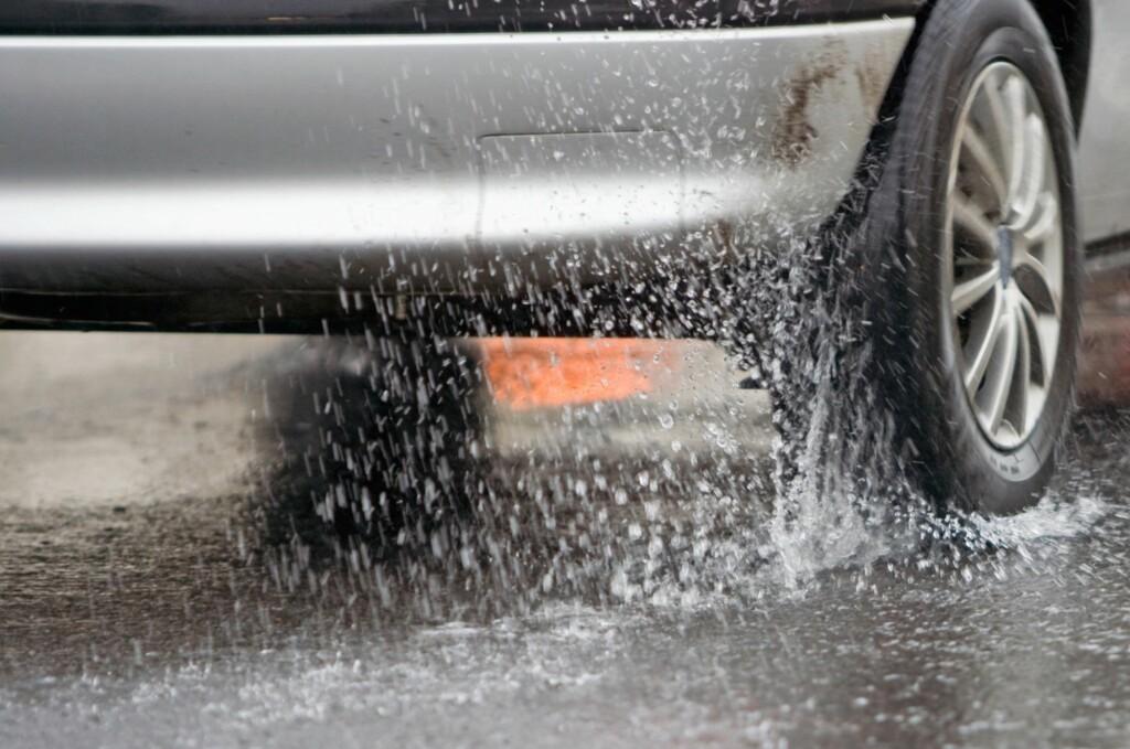 <b>TRAFIKKFARLIG:</b> Med vinterdekk på varm og våt asfalt øker faren for vannplaning betydelig samtidig som bremselengden økes enormt. Foto: DEKKMANN