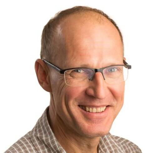 KAN LYD: Professor Peter Svensson ved NTNU vet hva han snakker om, og hvordan han skal fortelle det rolig og tydelig fra sin kontortelefon.  Foto: NTNU