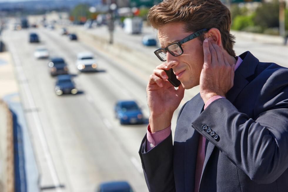 LURT: Å putte en finger i øret har noe for seg når du prater i telefonen i bråkete omgivelser.  Foto: MONKEY BUSINESS / NTB SCANPIX