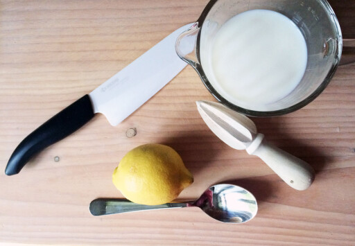 LAG DET SELV: Har du ikke syrnet melk tilgjengelig, lager du det enkelt av litt melk og sitron eller eddik. Foto: ELISABETH DALSEG