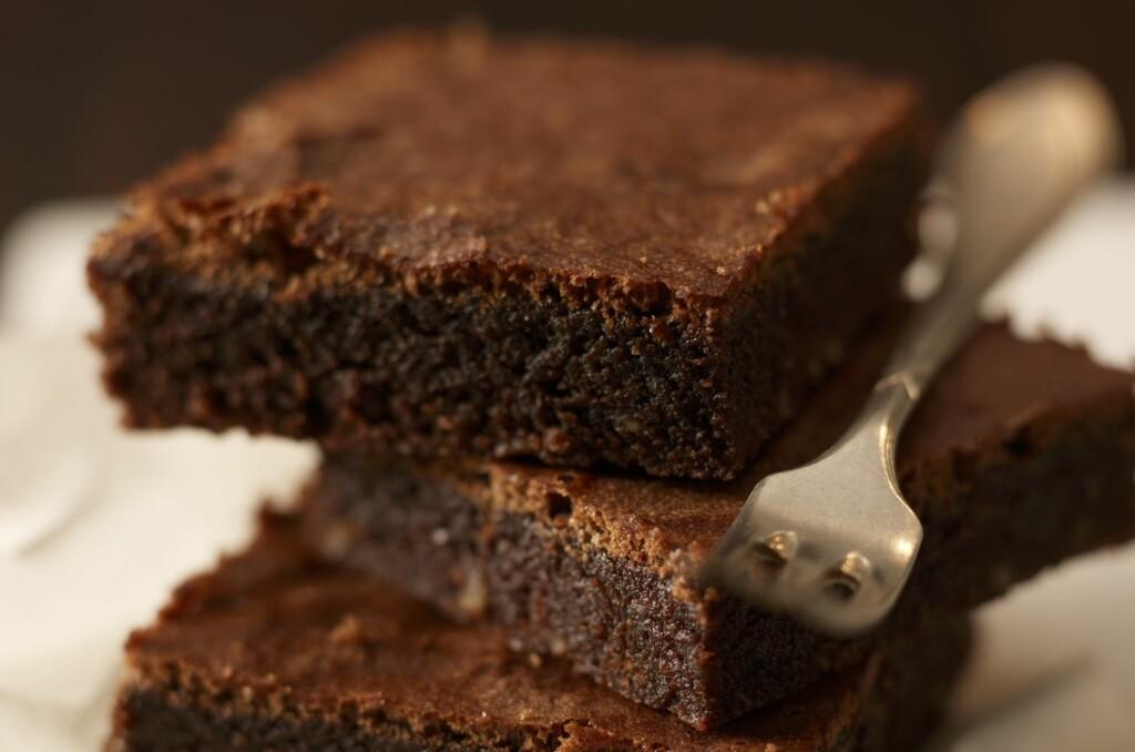 <b>MER SJOKOLADE:</b> Er du i beit, tilsett hakket eller smeltet kokesjokolade. Det er ikke sikkert det blir saftigere, men det blir bedre. Sjokolade er aldri feil. Foto: BON APPETIT / NTB SCANPIX