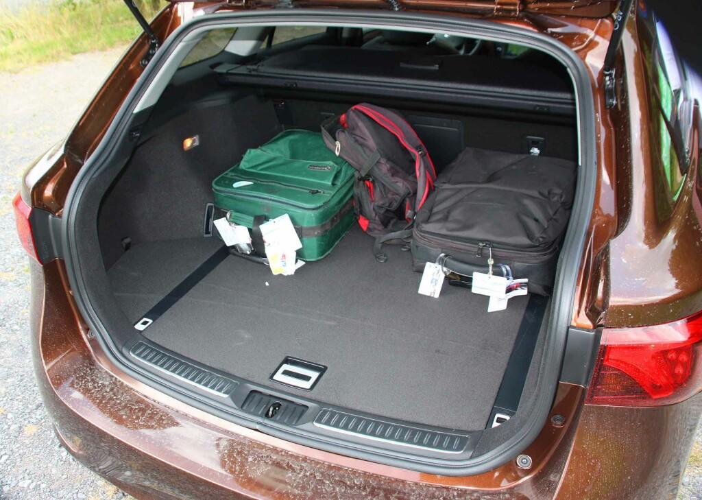 PÅ DET JEVNE: Med sine godt over 500 liter og praktiske trau under gulvet, er bagasjerommet i Avensis som snittet av konkurrentene. Foto: KNUT MOBERG