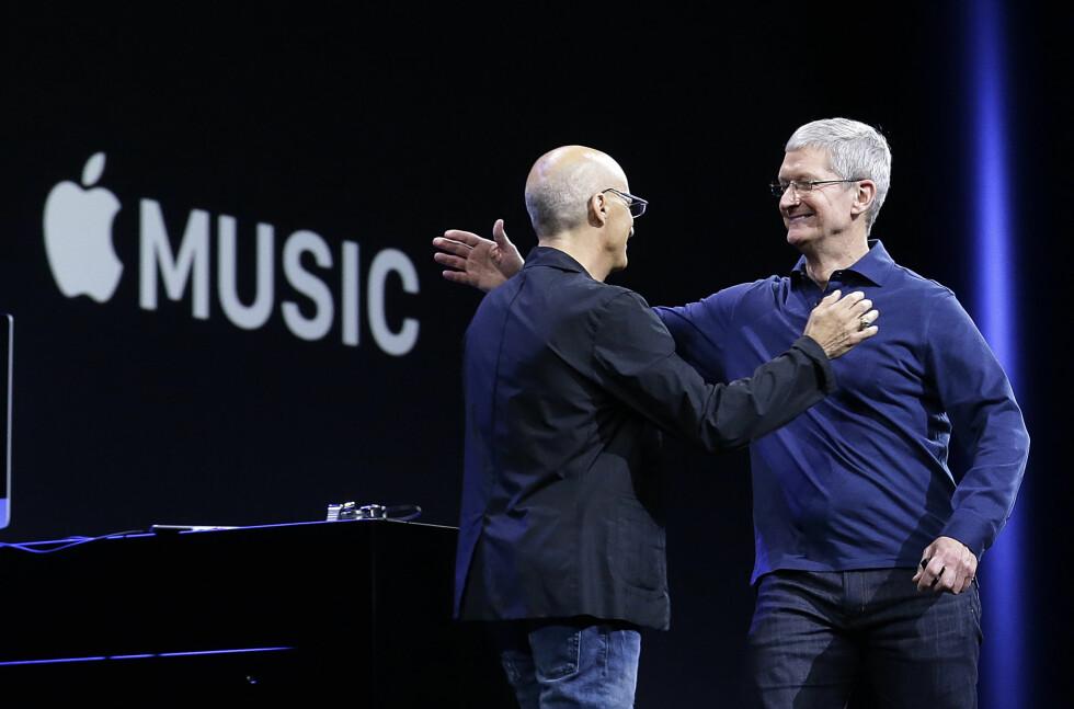 LANSERTE NY MUSIKKTJENSTE: Tim Cook (til høyre) fikk hjelp av Jimmy Iovine til å presentere selskapets nye musikktjeneste. Foto: AP/SCANPIX