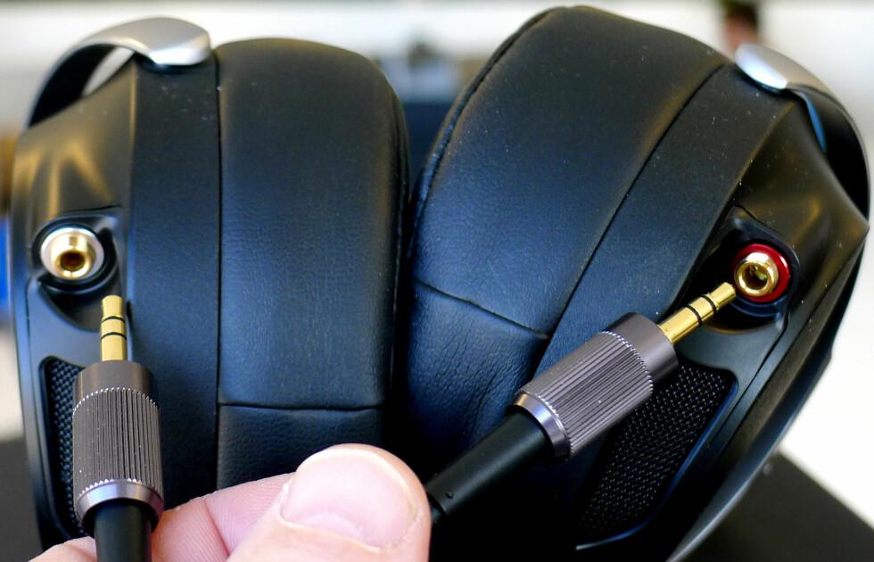 KABLER: Hodetelefonen har utskiftbare kabler, om du synes noe annet låter bedre. Foto: TORE NESET