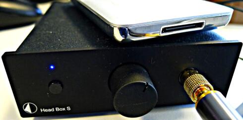 TILLEGGSUTSTYR: Sony-hodetelefonen fortjener en god hodetelefonforsterker. Foto: TORE NESET