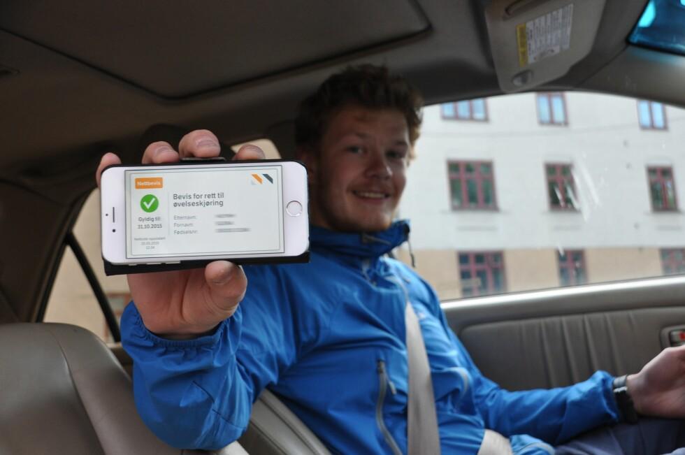 SÅ ENKELT: Bevis for rett til øvelseskjøring får man etter gjennomført trafikalt grunnkurs. Nå kan det til enhver tid hentes opp på smartmobilen. Foto: HENRIETTE E. BUSTERUD