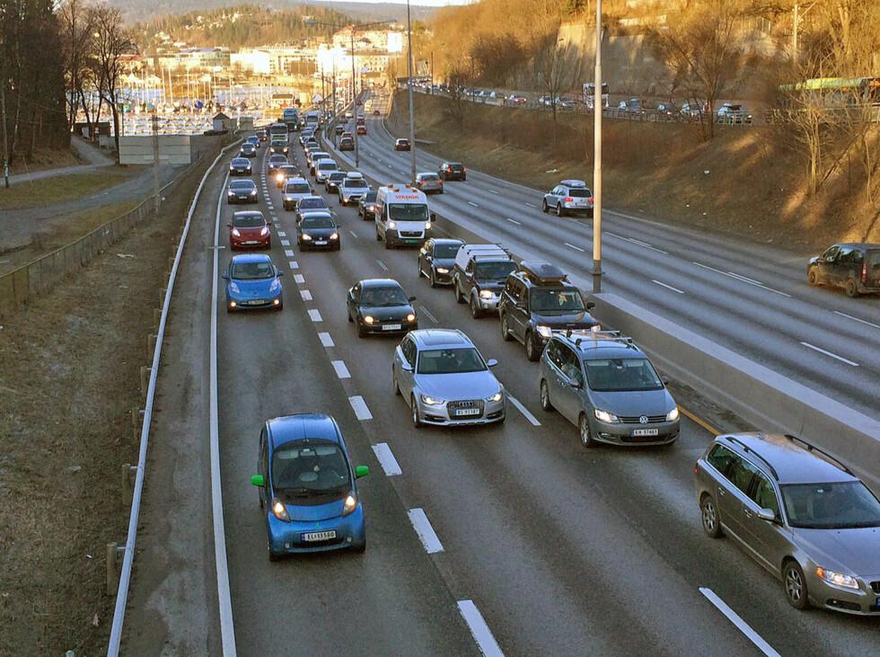 PROBLEMSTREKNING: E18 fra Sandvika og inn mot Oslo er en av de mest trafikkerte veistrekningene i Oslo. Forsinkelsene har vært et stort problem for kollektivtrafikken. Foto: KNUT ARNE MARCUSSEN