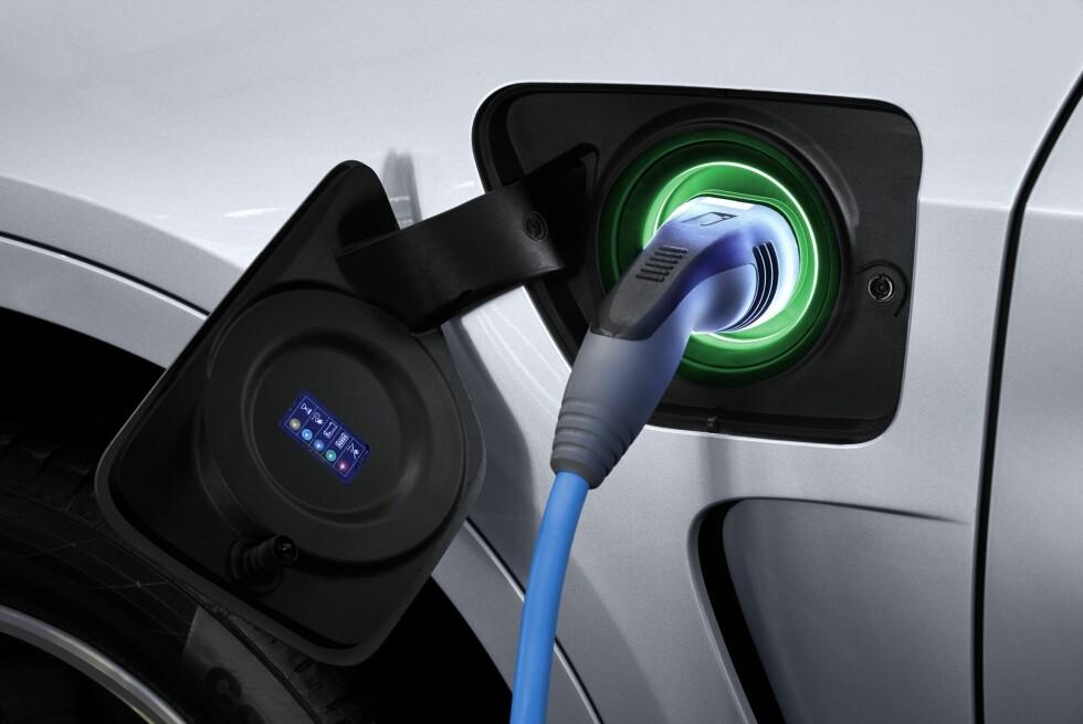 <strong><b>GRØNT FOR FULLADET:</strong></b> Den ladbare hybriden har en batteripakke på 9 kWt som skal kunne gi opptil tre mil kjøring på bare strøm - dette ifølge BMW selv. Foto: BMW