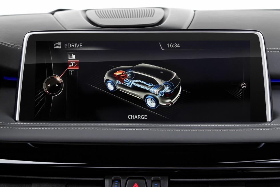 <strong><b>REGENERERER:</strong></b> Her viser iDrive-displayet at batteriet lades med energi fra retardasjonen. Foto: BMW
