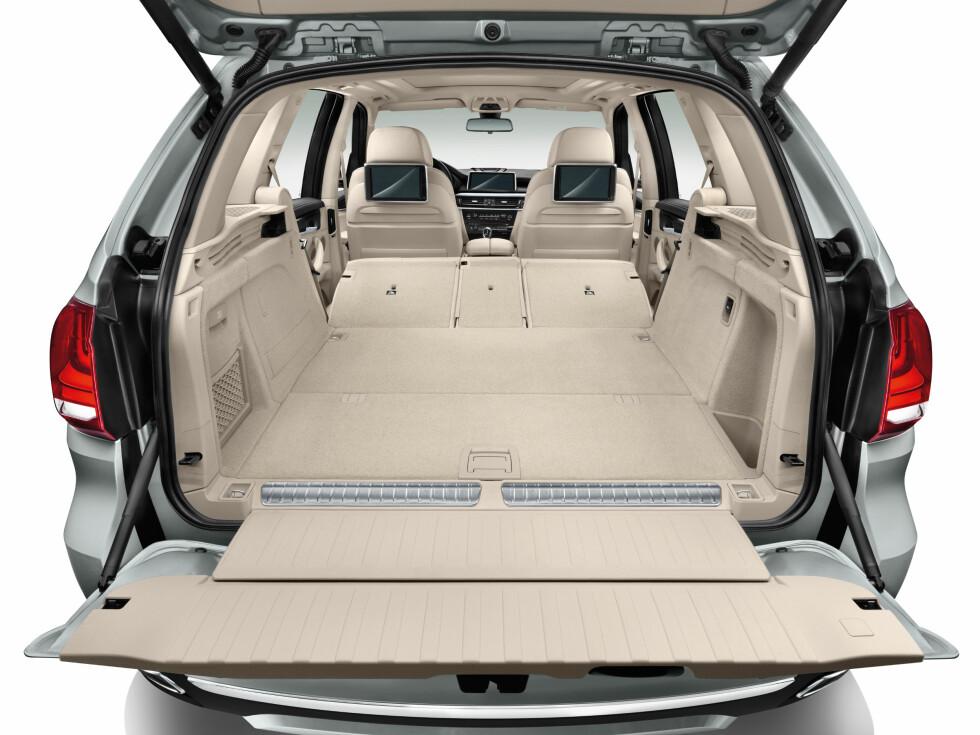 <strong><b>OFRER IKKE PLASSEN:</strong></b> Også som ladbar hybrid er det godt med lasteplass i X5. Fra 500 liter til over 1,7 kubikkmeter sluker den store SUV-en. Foto: BMW