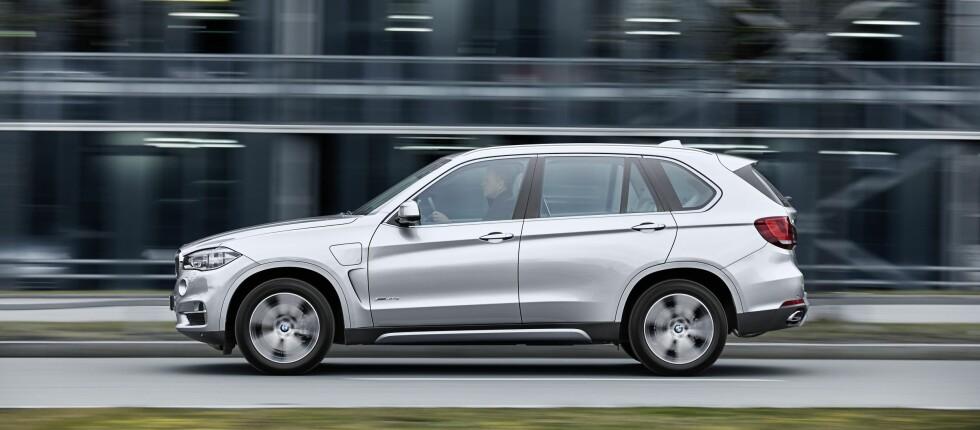 <strong><b>ET LOKK TIL:</strong></b> Ladeport på forskjermen sladrer om at dette er den ladbare versjonen av BMW X5. Litt over 800.000 kroner for den gedigne SUV-en med 313 hestekrefter må sies å være riktig gunstig.  Foto: BMW
