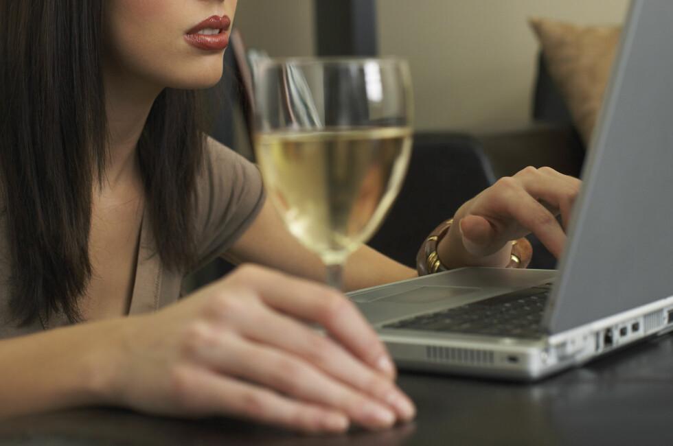 FARLIG FLØRT: Både kvinner og menn blir lurt i dating-svindler, hvor angivelige nettkjærester plutselig er mer interessert i penger enn kjærlighet.  Foto: RADIUS / NTB SCANPIX