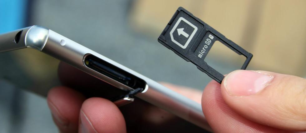SLÅS SAMMEN: Z3+ kommer med en felles «skuff» for simkort og minnekort. Tidligere var disse separate. Foto: KIRSTI ØSTVANG