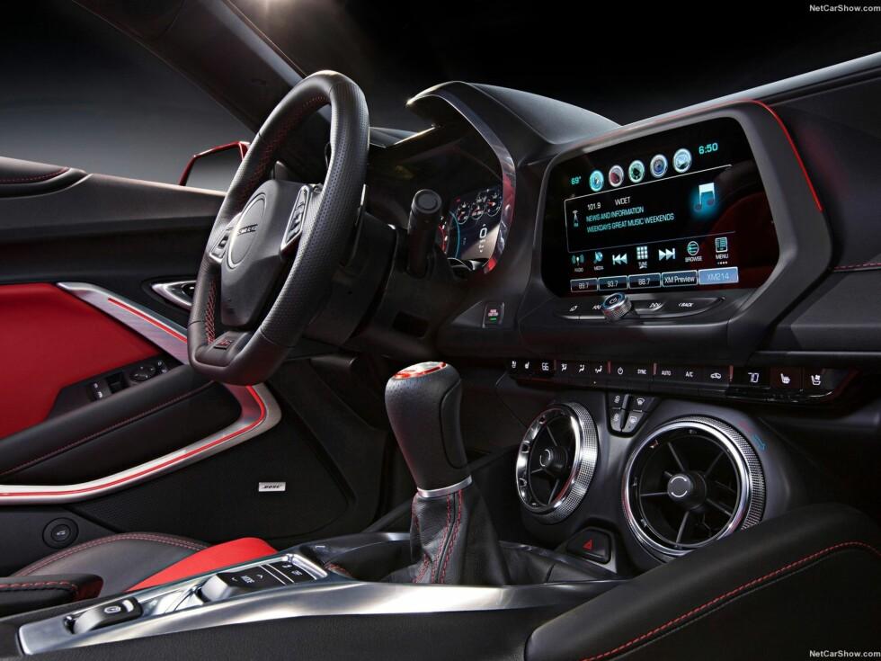 TEKNOLOGISK: Chevrolet har gitt Camaro et teknologisk løft. Med ny høyoppløselig fargeskjerm, stemingslys med 24 forskjellige farger, nytt speedometer og et helt nytt kjøremodus-system.  Foto: CHEVROLET