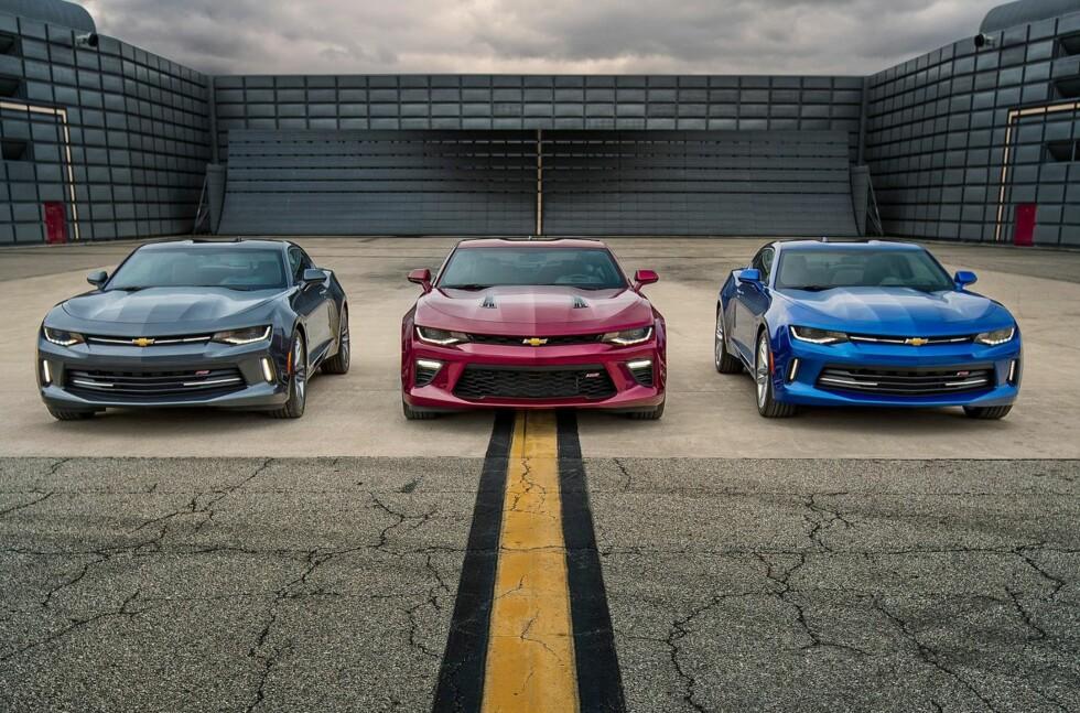 ALLE GODE TING ER TRE: Nye Camaro vil i første omgang bli tilgjengelig i tre ulike utgaver. Fra venstre: 2.0L Turbo, 6.2L LT1 V8 og 3.6L V6. Foto: CHEVROLET
