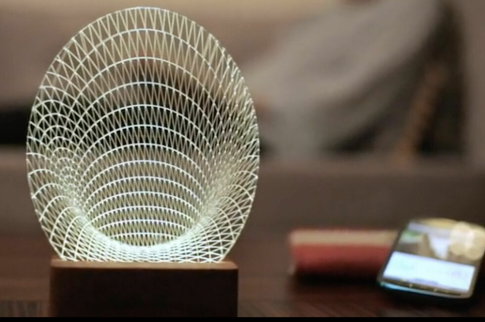 MER ENN BARE EN LAMPE: I 2015 skal ikke lamper bare gi lys, de skal også hjelpe deg med ting som å finne smarttelefonen. Det kan i hvert fall denne. Foto: PRETTY SMART HOMES