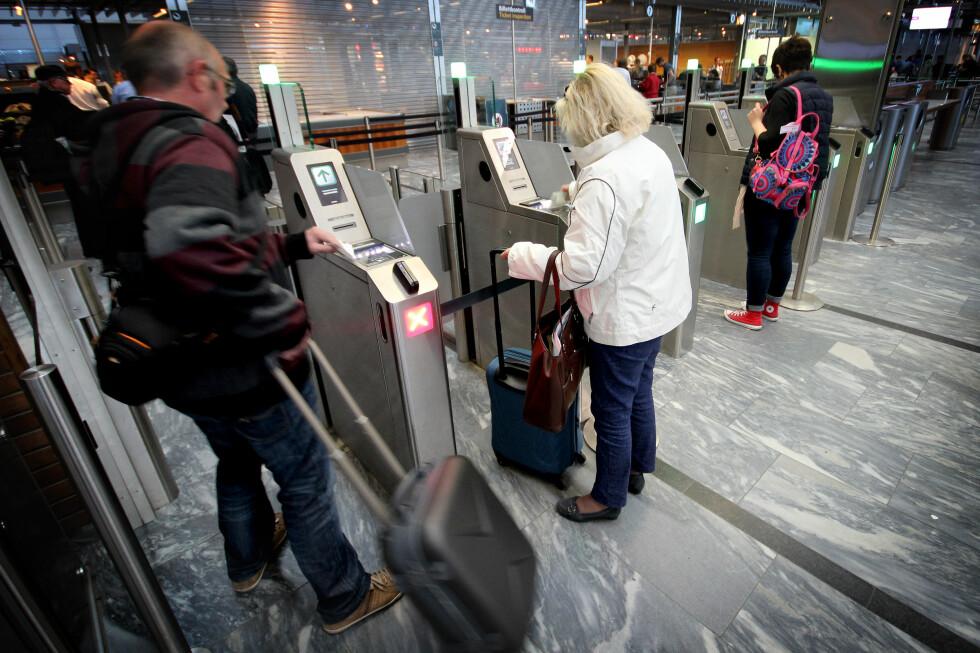 SELVBETJENING I SIKKERHETSKONTROLLEN: Oslo Lufthavn har fått selvbetjente billettskranker ved sikkerhetskontrollen - og flere kommer. Dette skal få folk raskere gjennom. Foto: OLE PETTER BAUGERØD STOKKE