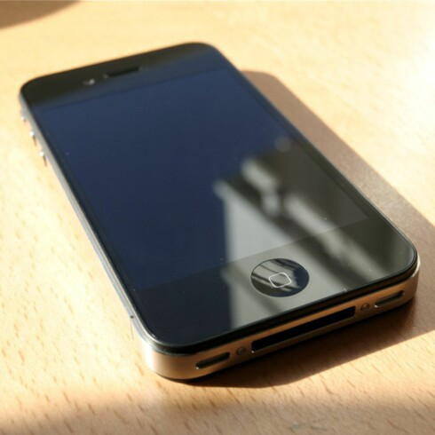 GAMMEL LADEPORT: iPhone 4 bruker Apples gamle, brede 30-pinners kontakt, ikke den lille Lightning-tilkoblingen. Foto: ØIVIND IDSØ