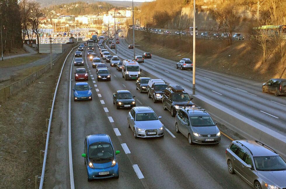 PRIVILEGIER FOR FALL: På sikt vil nok elbilene måtte ut av kollektivfeltet på mer permanent basis. Men per nå innfører Vegvesenet en midlertidig utestengelse under oppgraderingen av Ring 3 i Oslo. Foto: KNUT ARNE MARCUSSEN