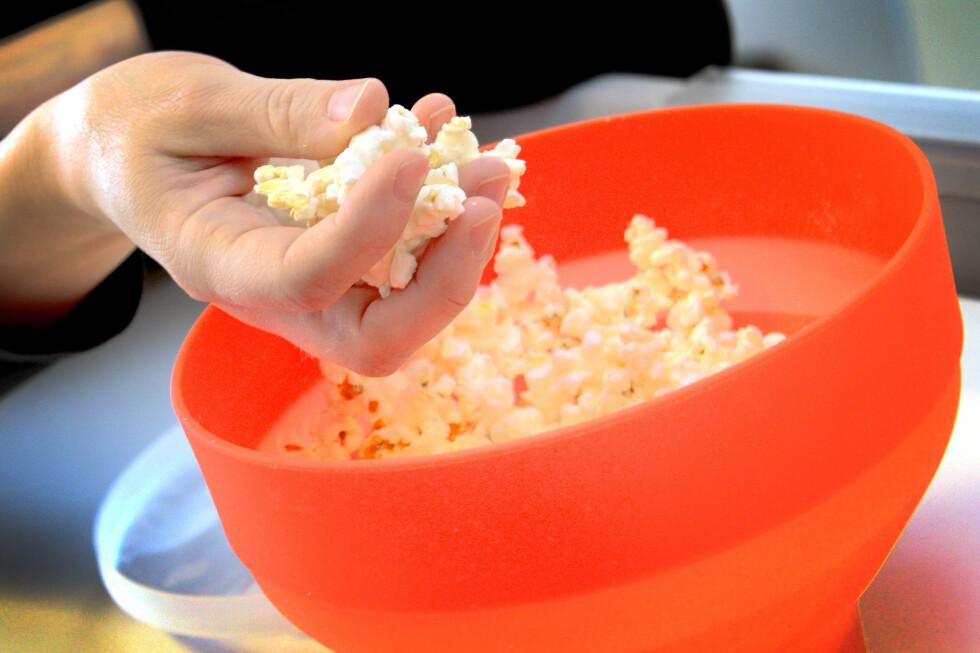 LØST POPCORN I MIKROEN: Med Lékué PopCorn Maker kan du poppe vanlig, løst popcorn i mikrobølgeovnen, med eller uten olje. Og det fungerer! Foto: OLE PETTER BAUGERØD STOKKE