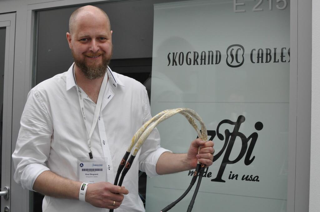 <B>NORSK LUKSUS:</B> Knut Skogrand viser fram sine super-dyre kabler for et kresent hifi-publikum i München. Foto: TORE NESET