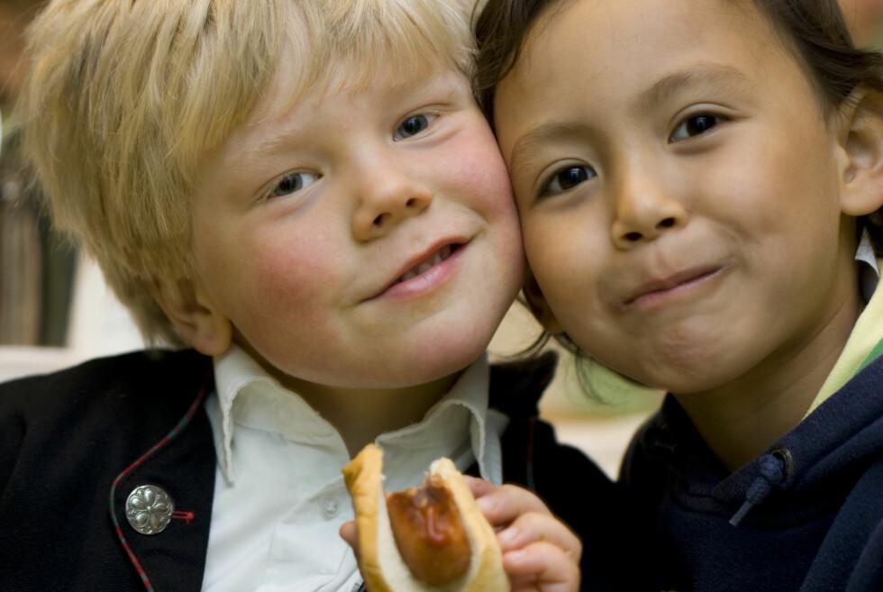 TIL GLEDE FOR ALLE BARN: Skal man spise masse pølser, bør de være gode! Det beste og enkleste tilbehøret lager du selv.  Foto: BERIT ROALD / NTB SCANPIX
