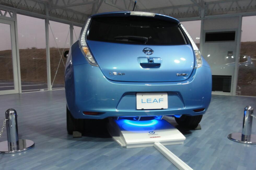 LADER TRÅDLØST: Nissan presenterte sin induksjonslader (bildet) for oss allerede for noen år siden, men først nå kommer det fart i utviklingen. Det dreier seg enkelt fortalt om et elektromagnetisk felt mellom en induksjonsplate (sender), i gulvet og en mottaker under bilen. Når dette kommer på plass vil vi slippe å måtte forholde oss til kabler hver gang bilen skal lades. Foto: KNUT MOBERG