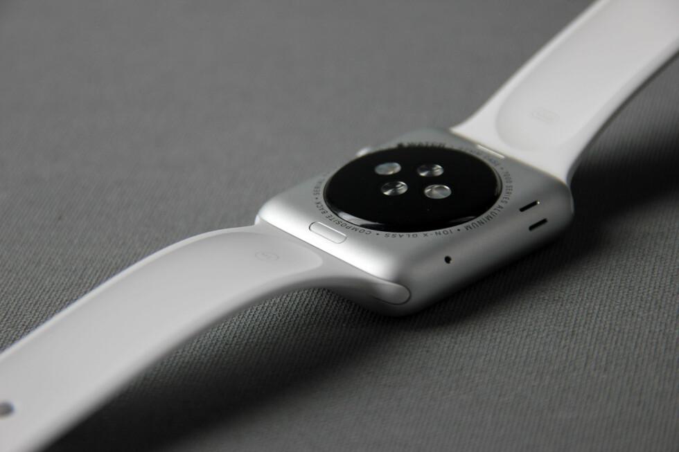UNDER: Apple Watch har innebygd pulsmåler og sørger automatisk for å låse seg når den tas av. Foto: PÅL JOAKIM OLSEN