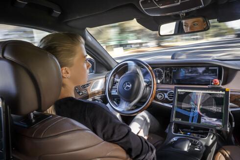 BILEN KJØRER: Det endelige målet med utviklingen av autonome biler, som nå testes på offentlig vei, er å redusere - eventuelt eliminere helt - ulykker forårsaket av menneskelige feil. Her er det en Mercedes-Benz S 500 Intelligent Drive som har overtatt kontrollen fra føreren. Foto: DAIMLER