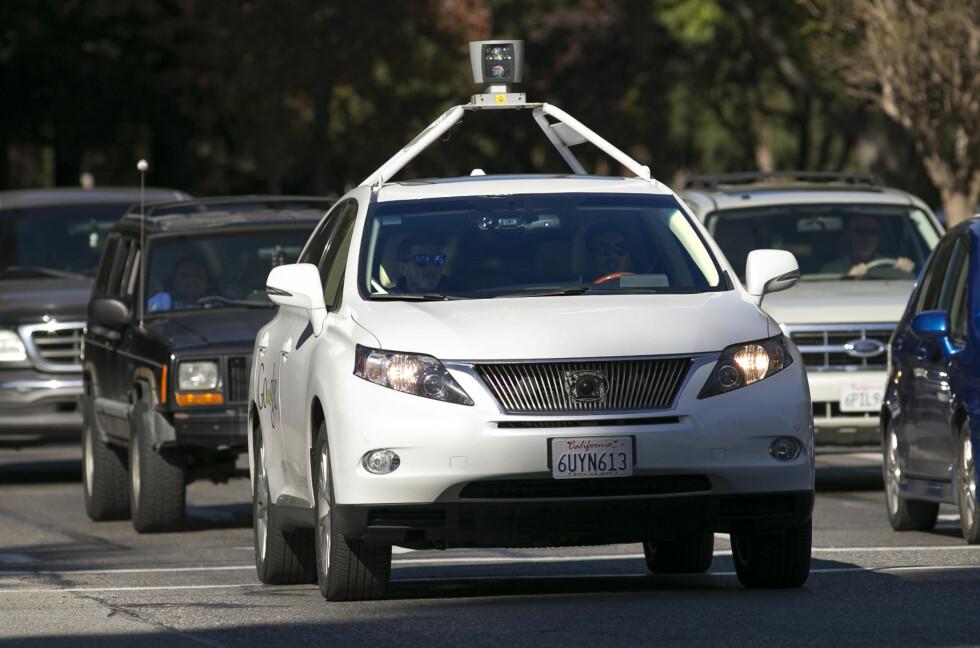 GOOGLE-BIL: Her ser vi en selvkjørende Lexus testbil på Shoreline Boulevard i Mountain View i California. Tre slike biler har vært involvert i mindre alvorlige trafikkuhell, i tillegg til én Audi Q5 testbil, melder Associated Press. Foto: NTB/SCANPIX