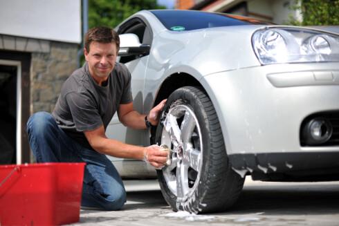 PÅ FELGEN: Blant dem som vasker bilen hjemme på egen gårdsplass, svarer drøyt halvparten at det skjer sjeldnere enn en gang i måneden.  Foto: NTB scanpix