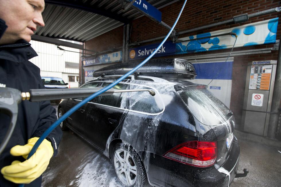 SJELDEN: En kjapp sving med høyttrykkspyleren på et selvvaskeanlegg tar sju minutter. Likevel velger to av tre nordmenn å la det gå mer enn en måned før de vasker bilen. Foto: NTB SCANPIX