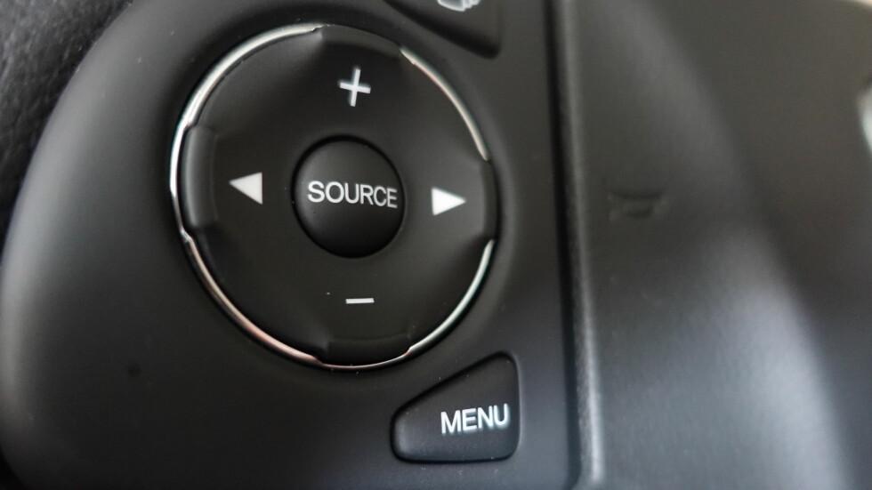 MISTER FUNKSJONER: Mange mister funksjoner som å bytte kanaler på rattet og forhåndsinnstilte kanaler via knotene på radioen dersom du må bruke adapter. En vesentlig forringelse for mange bileiere. Foto: RUNE M. NESHEIM