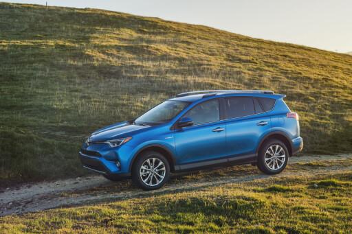 FLYKTER FRA DIESEL: Toyota faser ut dieselversjonen av sin folkesuksess RAV4 og erstatter den med en bensin-elektrisk hybrid fra sommeren av. Foto: TOYOTA