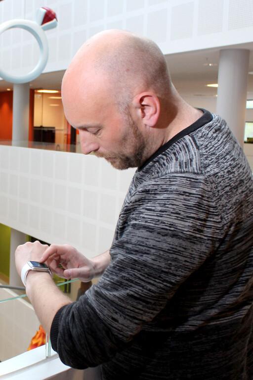 VENTER: Dinsides teknologiredaktør Pål Joakim Olsen tror Apple Watch snart kommer til Norge. Kanskje får vi vite mer under WWDC-konferansen i juni. Foto: OLE PETTER BAUGERØD STOKKE