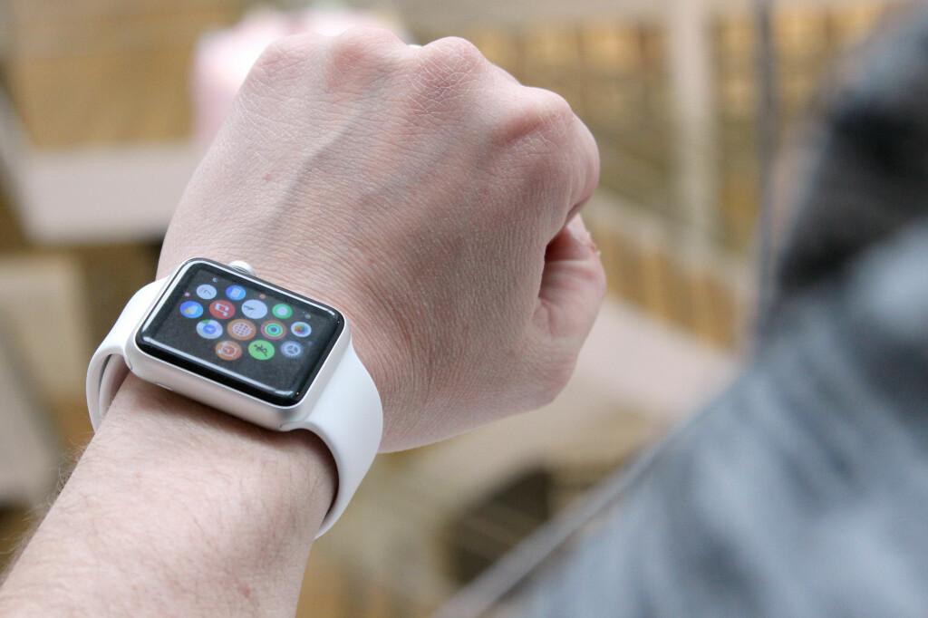 <b>ETTERTRAKTA: </b>Apple Watch er ikke lansert i Norge ennå, og nordmenn betaler derfor blodpriser på Finn.no for å skaffe seg en. Foto: OLE PETTER BAUGERØD STOKKE