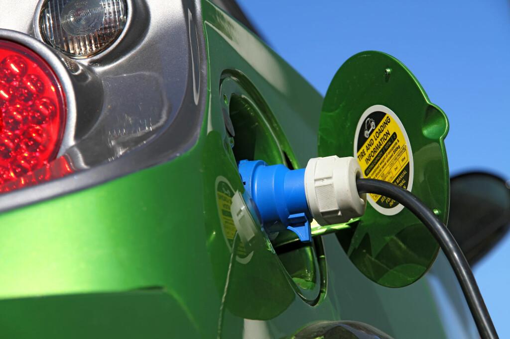 <b>DYRERE Å LADE RASKT:</b> Noregs vassdrags- og energidirektorat (NVE) ønsker å endre nettleien. En av modellene de skisserer vil straffe de som bruker mye strøm på én gang: Det vil for eksempel være dyrere om du har utstyr for det hjemme og lader bilen raskt på kortere tid (semi-hurtiglading e.l.), enn om du lader den med lavere effekt over flere timer. Foto: ALL OVER PRESS