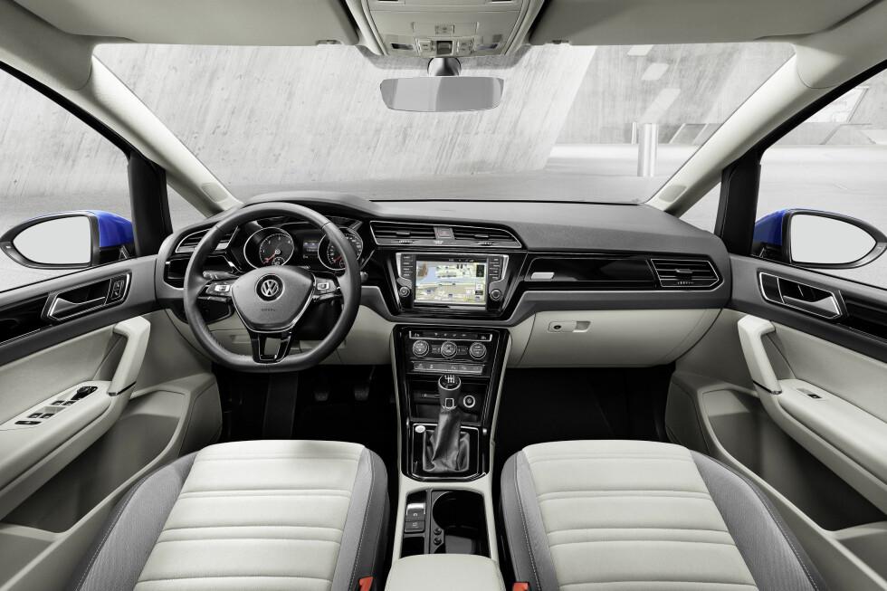 HELT NYTT: Interiøret i nye VW Touran minner ikke så rent lite om det i nye Passat, i mer høyreist utgave. Foto: VOLKSWAGEN