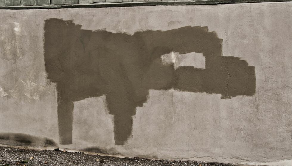 MURKONTROLL: Flassing og skader på mur bør utbedres straks. Maling bør skrapes av, og løs murpuss må hygges vekk og erstattes av repoarasjonsmørtel. Foto: SAMFOTO/SCANPIX