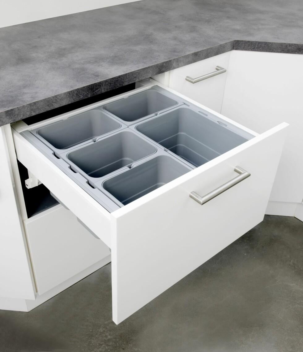 RIKTIG PLASSERING: Med resirkuleringen plassert som dette, kan du børste søppelet ned i riktig beholder med én gang. Foto: STRAI KJØKKEN OG BAD