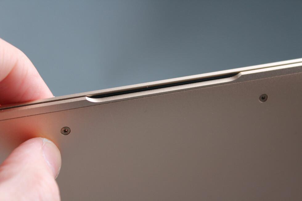 DETALJER: Designen er nøye gjennomtenkt. Denne innfellingen gjør det mulig å flippe opp lokket enkelt med én hånd. Foto: KIRSTI ØSTVANG