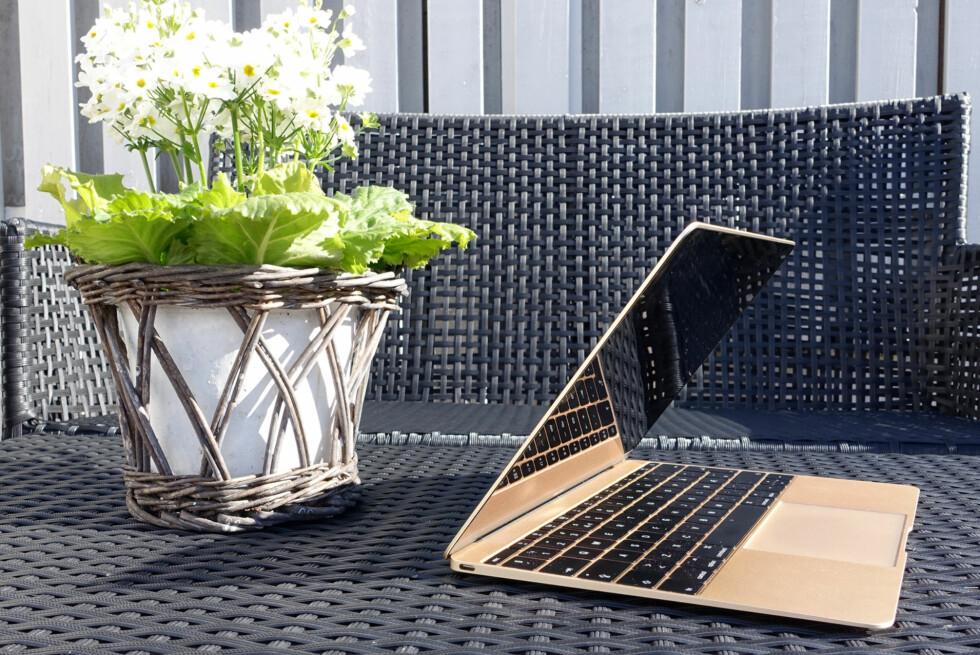 SLANK OG VIFTELØS: Apples nye 12-tommer MacBook er en tynn og lekker sak som er helt stillegående.  Foto: KIRSTI ØSTVANG