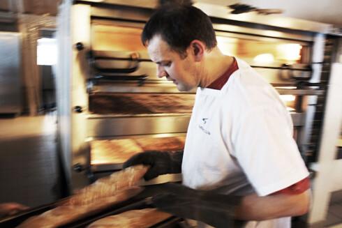 EKTE KANEL EN SELVFØLGE I BAKERIET I LOMS KANELSNURRER: Lom-bakeriets Morten Schakenda mener det er to typer kanel - ekte og uekte. Foto: PÅL RØDAL