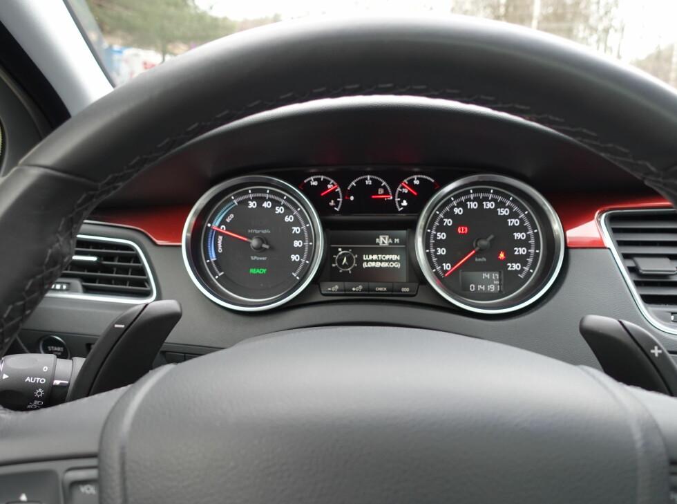 ENERGIMÅLER: Måleren til venstre viser om du regenerer eller bruker strøm og motorkraft.                                 Foto: ESPEN STENSRUD