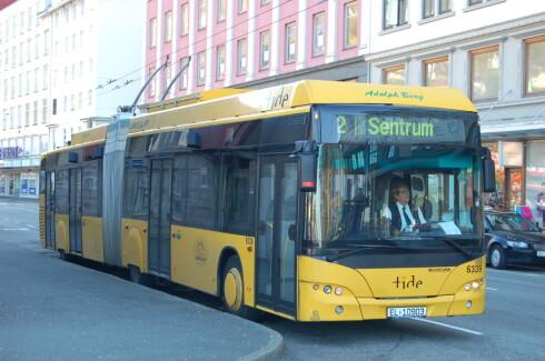 IKKE NYTT: Lading under kjøring er like gammelt som bilen selv. Her ser vi en trolleybuss i Bergen. Foto: ALASDAIR MCLELLAN